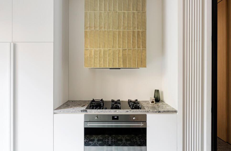 Gasherd mit Dunstabzugshaube mit Fliesen verkleidet in moderner Küche