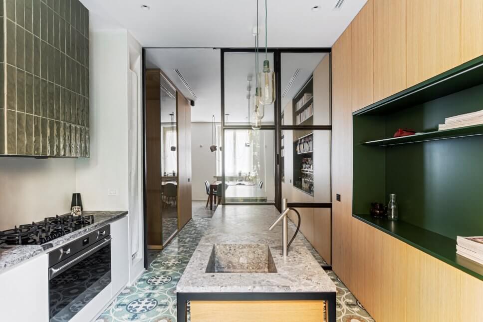 Zweizeilige, Große Moderne Wohnküche mit integriertem Waschbecken, Kassettenfronten, hellen Holzschränken, Marmor-Arbeitsplatte, Küchengeräten aus Edelstahl, Marmorboden, zwei Kücheninseln, buntem Boden und grauer Arbeitsplatte in Mailand