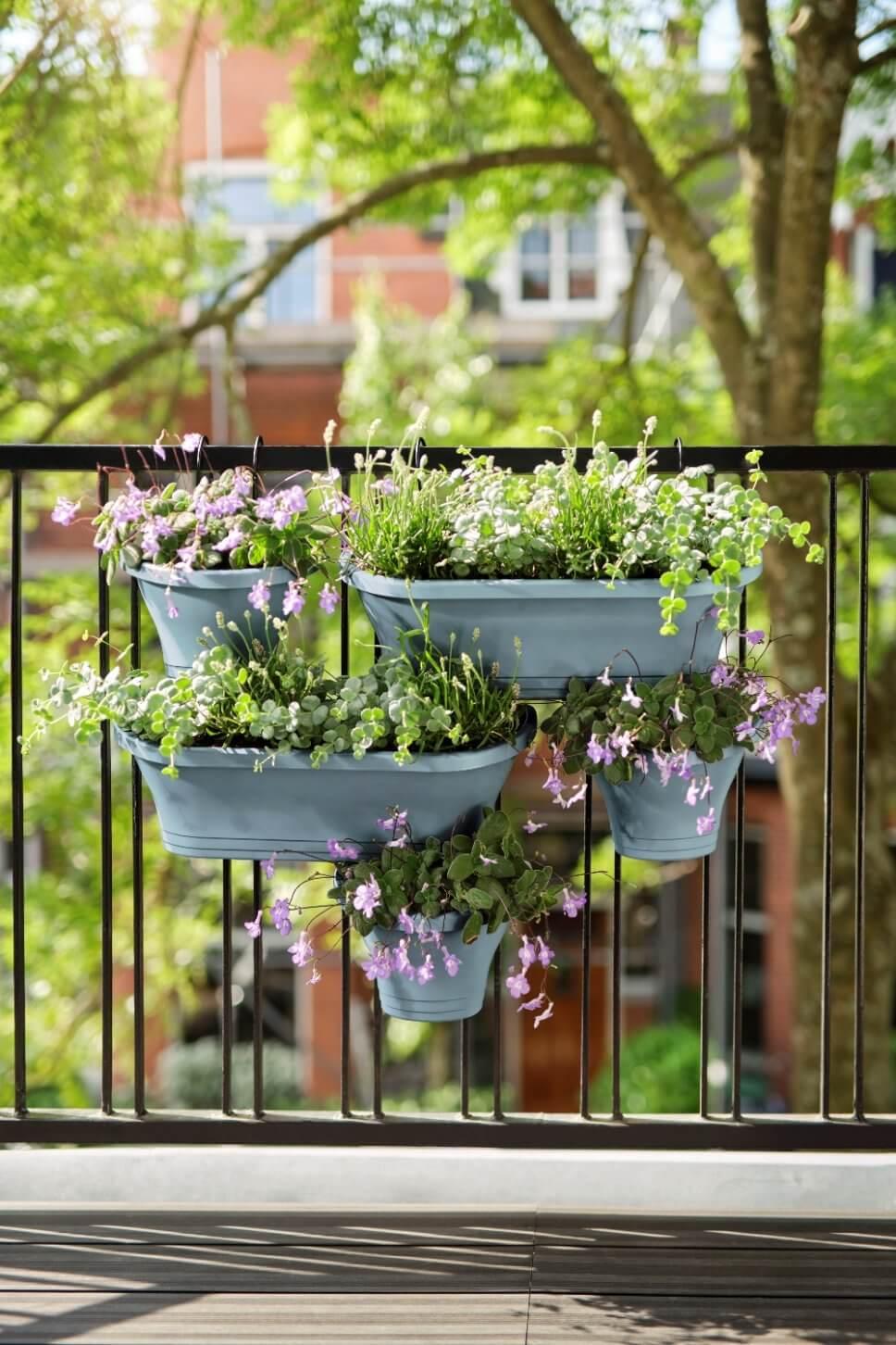 Üppig mit Balkonkasten bepflanzter Balkon