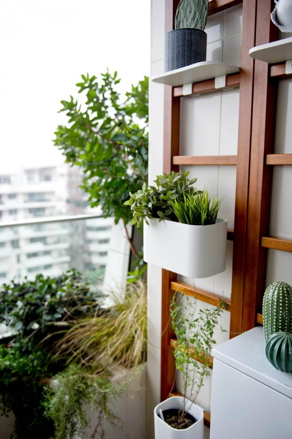 Üppig mit Kübelpflanzen und Balkonkasten bepflanzter Balkon