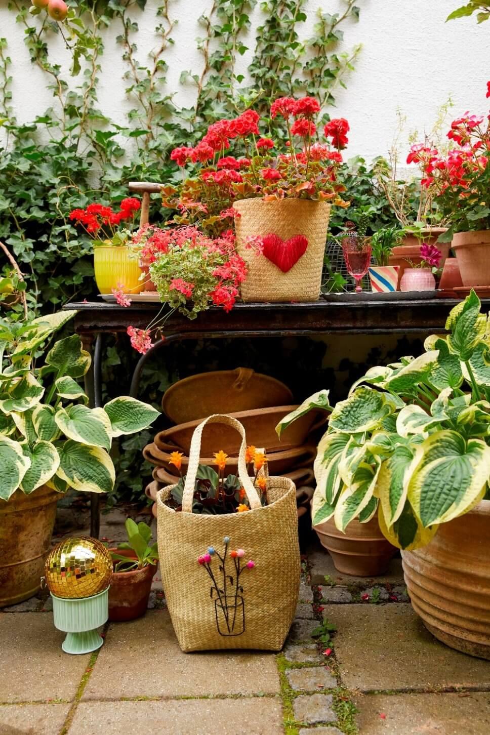 Üppig mit Kübelpflanzen bepflanzte Terrasse