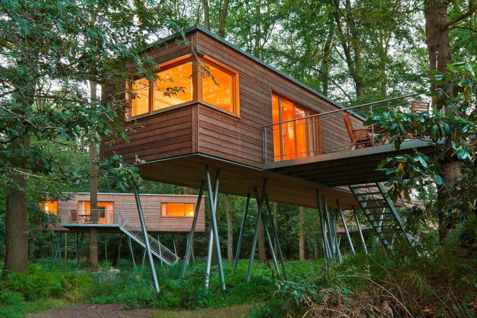 Großes Baumhaus zum Wohnen auf Stelzen im Wald