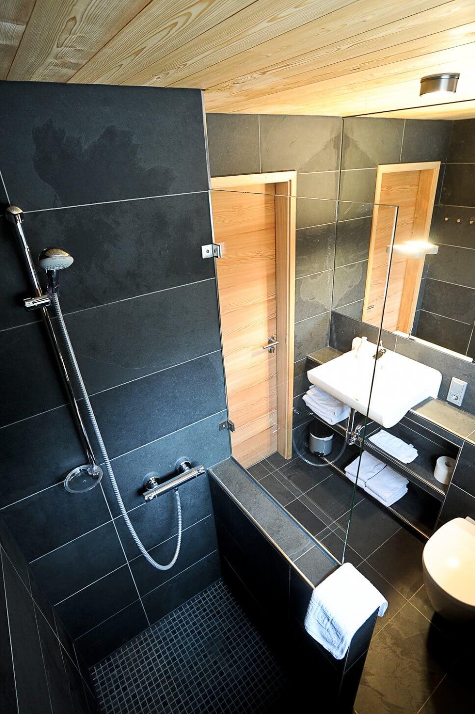 Modernes Duschbad in einem geräumigen Baumhaus
