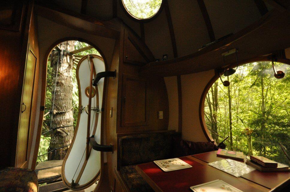 Innenansicht eines Baumhaus aus Holz in Form einer Kugel im Wald
