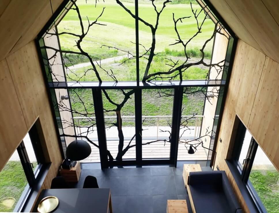 Blick aus Baumhaus zum Wohnen auf Wiese