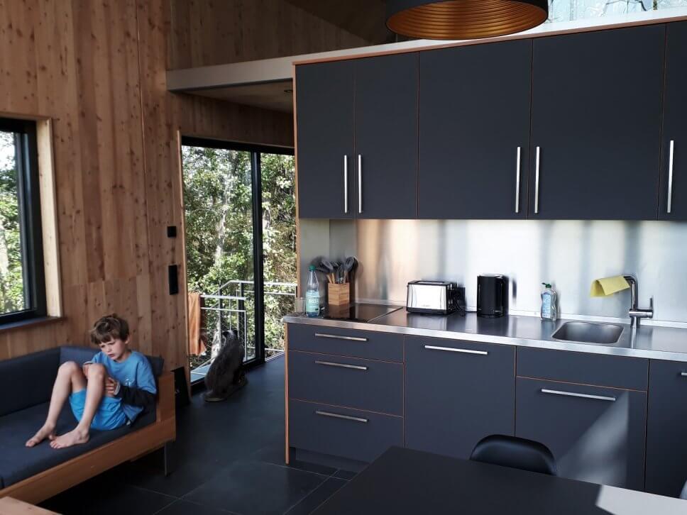 Moderne Einbauküche in einem geräumigen Baumhaus