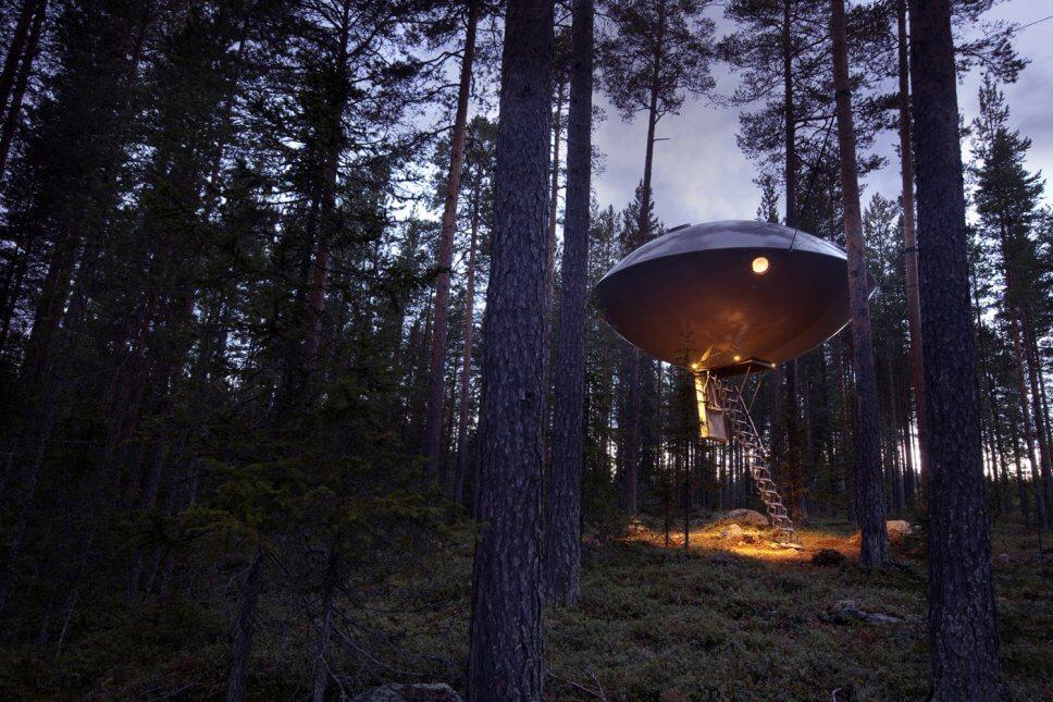 Großes Baumhaus in Form eines Ufos im Wald