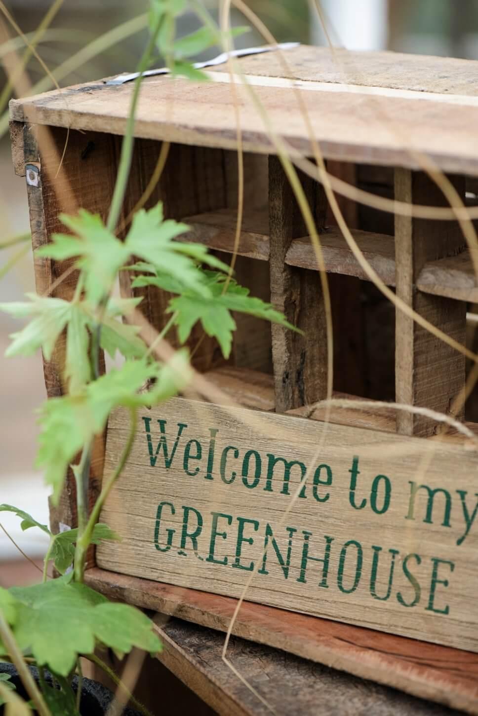 kleines Holzschild mit der Aufschrift Welcome to my greenhouse