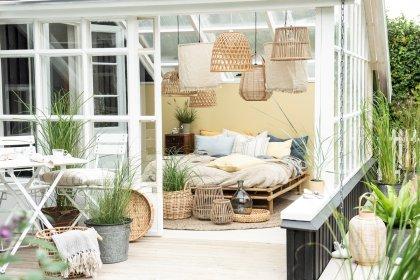 Gemütlich eingerichtetes Schlafzimmer in skandinavischem Ferienhaus