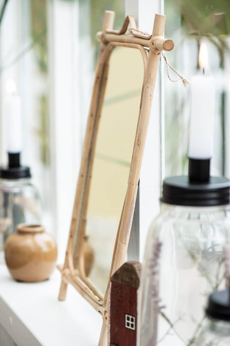 kleiner Bambusspiegel auf einer Fensterbank