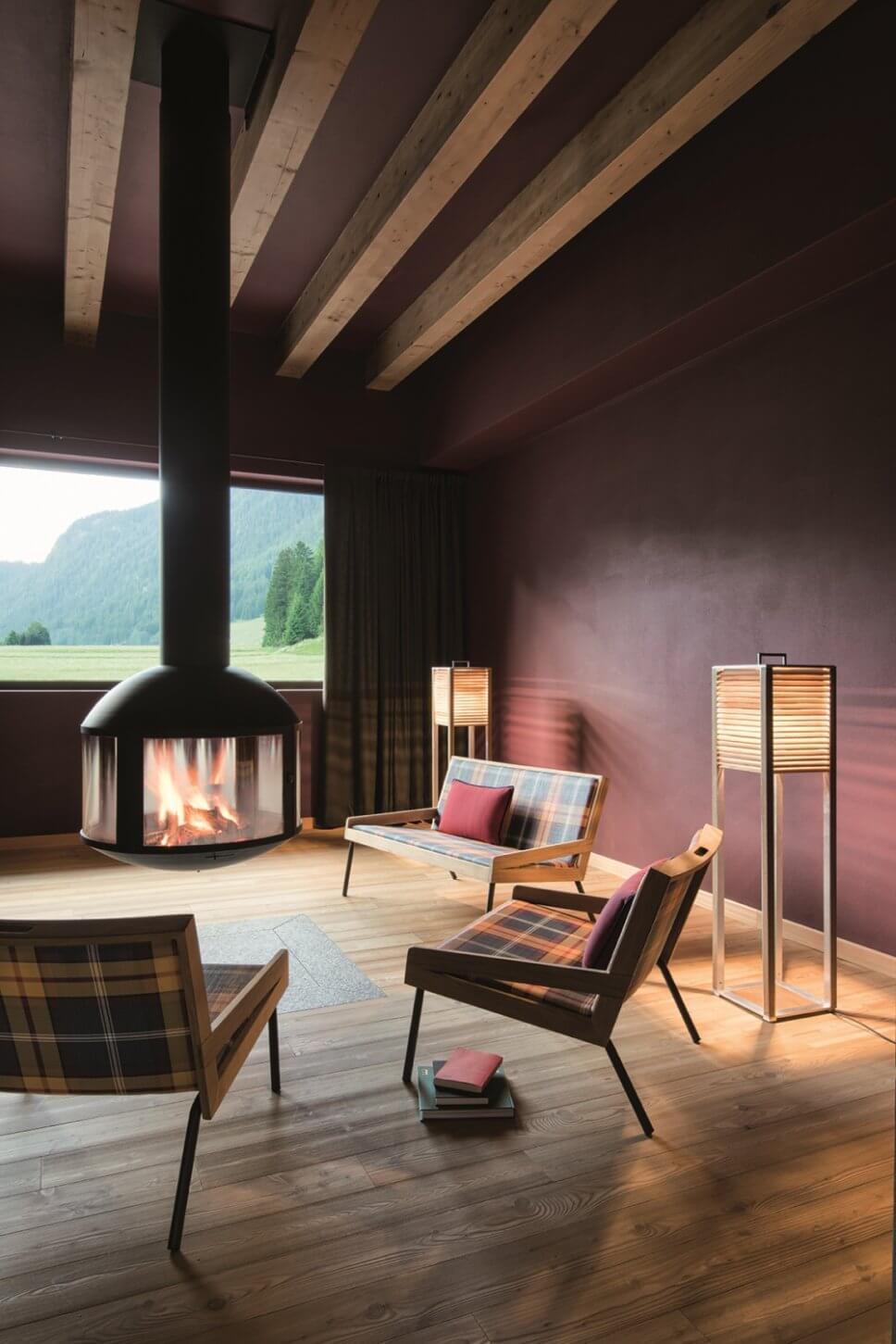 Mit Karostoff bezogenes Sofa und Sessel in modernem Wohnzimmer