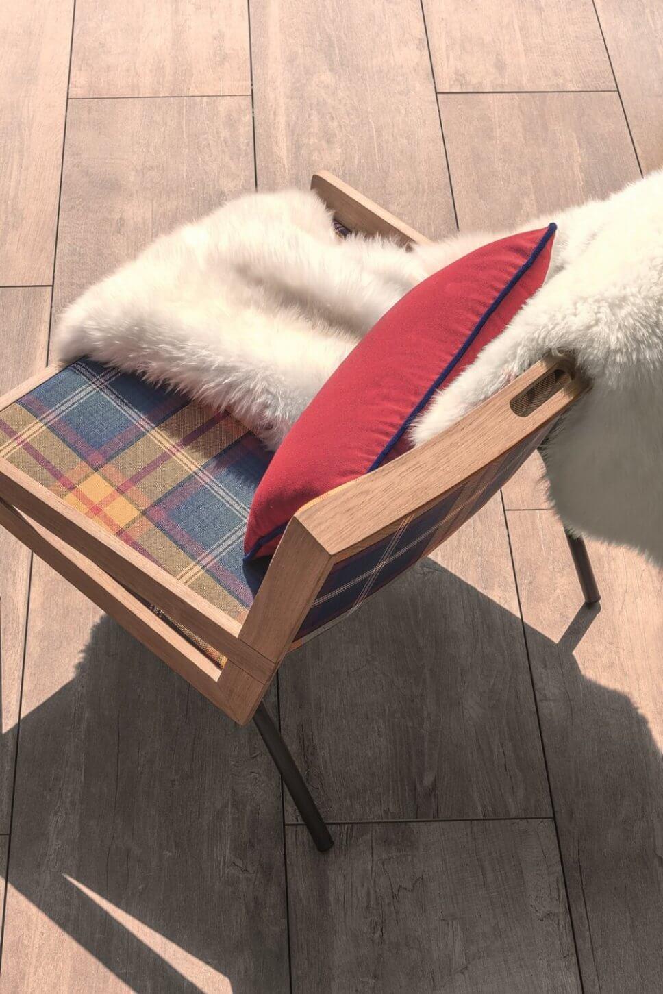 Mit Karostoff bezogener Sessel in modernem Wohnzimmer