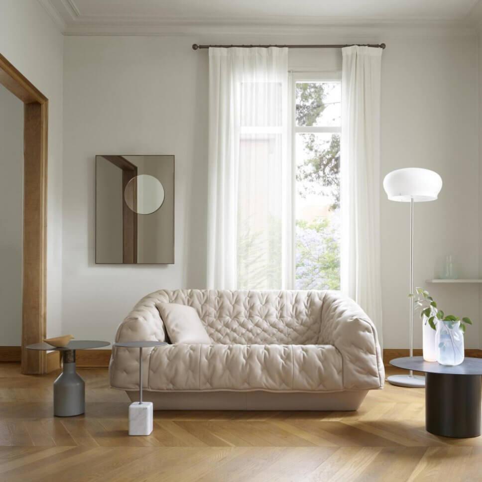 Modernes Wohnzimmer mit Sofa mit wattierter Husse
