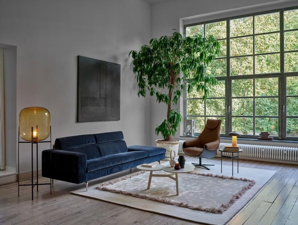Cordsofa und Sessel in modernem Wohnzimmer