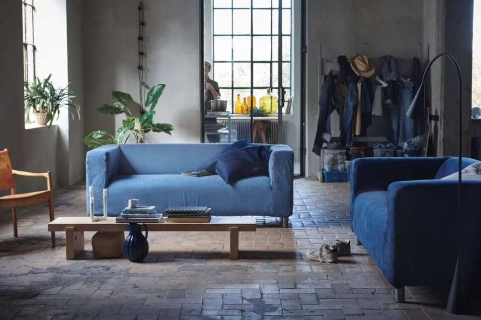 Mit Jeansstoff bezogenes Sofa in modernem Wohnzimmer
