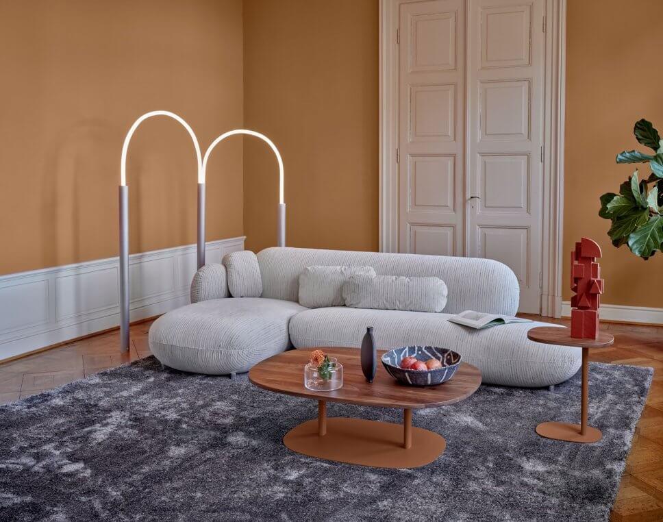 Cordsofa mit Coffeetable in modernem Wohnzimmer