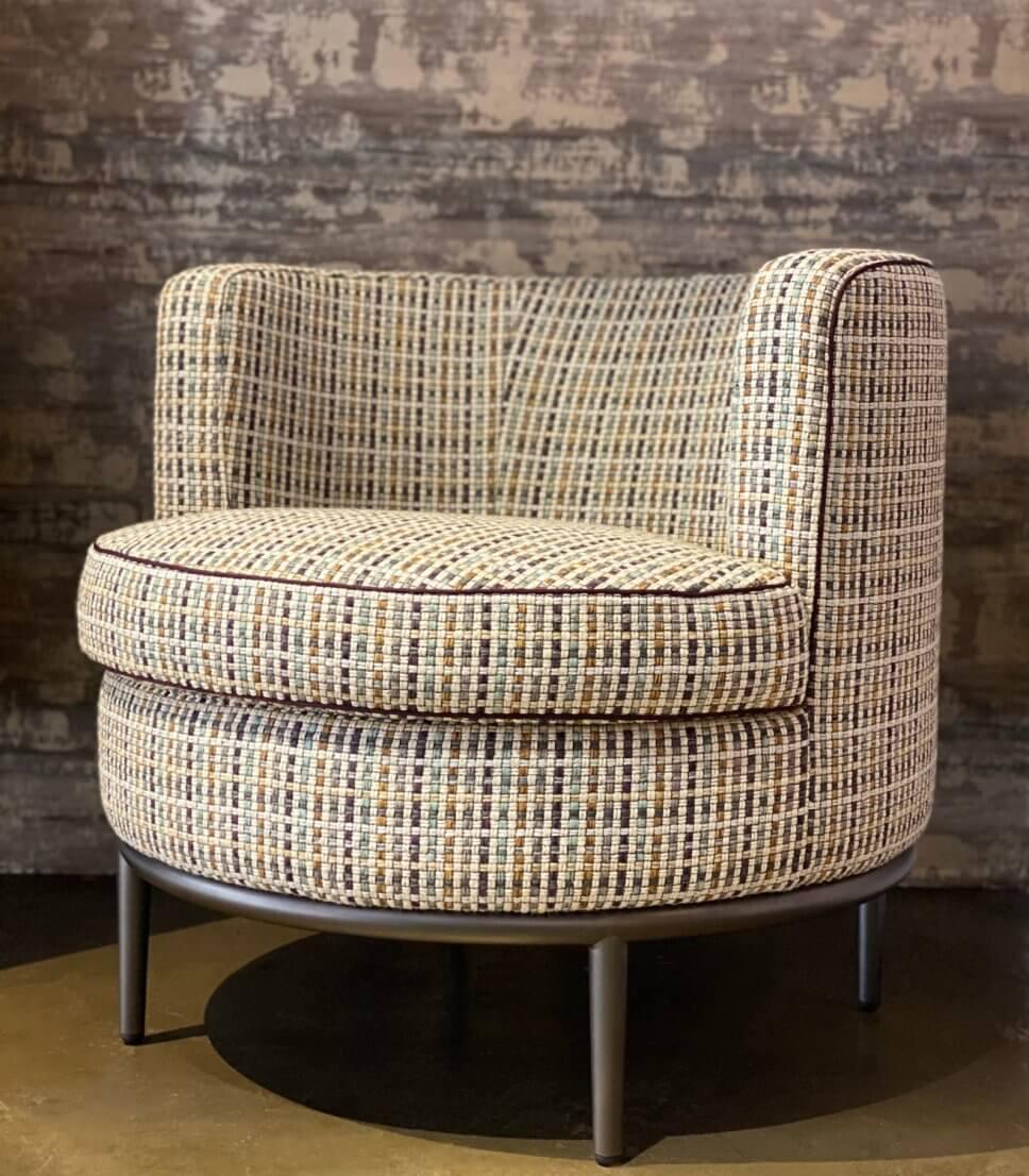 Mit kariertem Webstoff bezogener Sessel in modernem Wohnzimmer