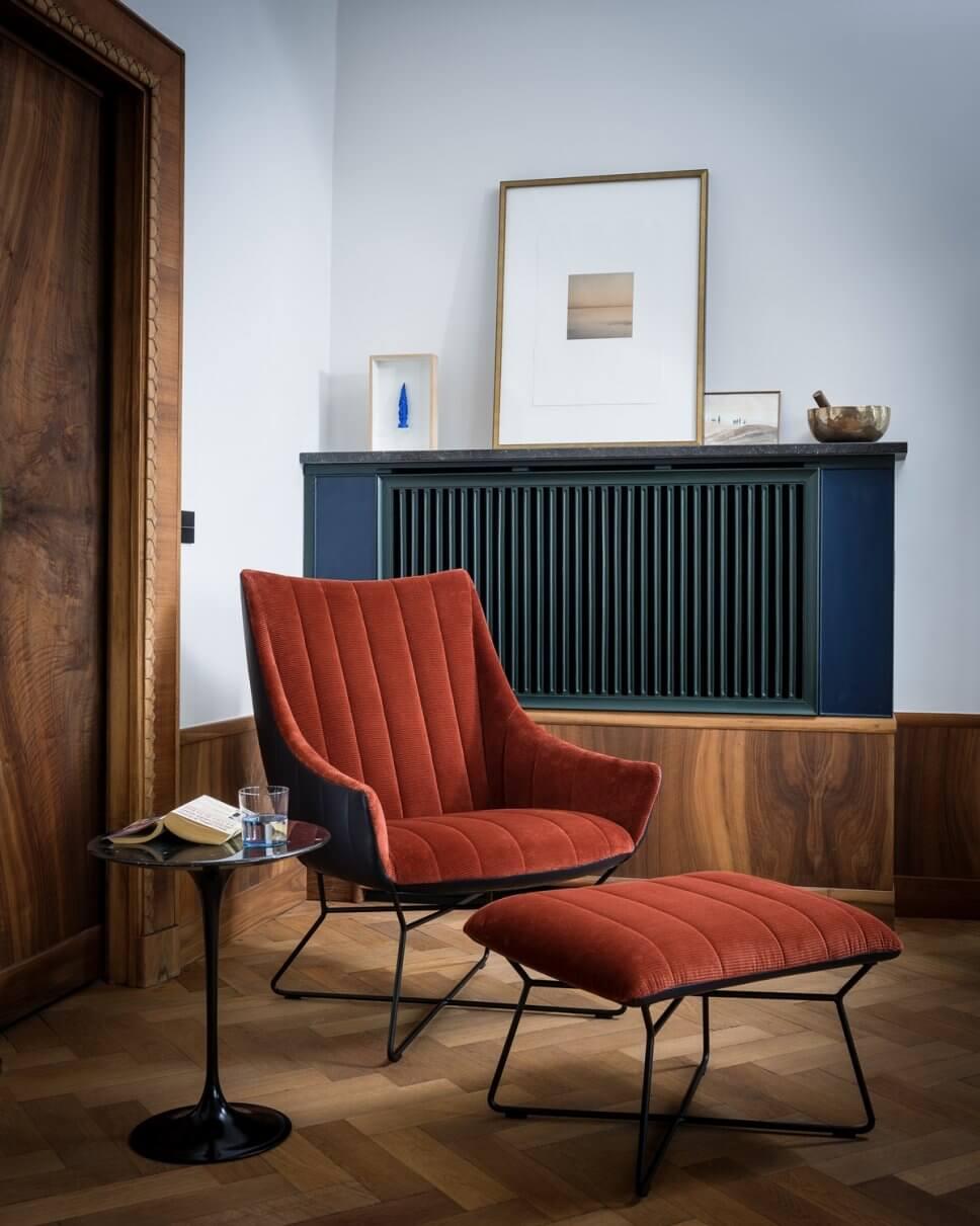 Cordsessel mit Fußhocker in modernem Wohnzimmer