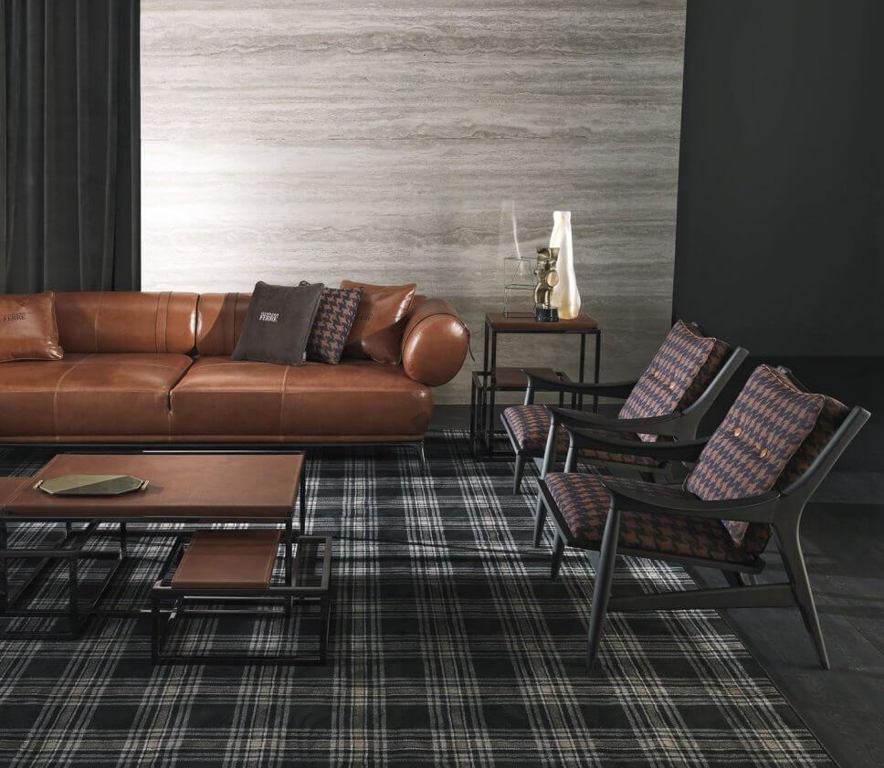 Modernes Wohnzimmer mit Ledersofa und zwei gemusterten Sesseln