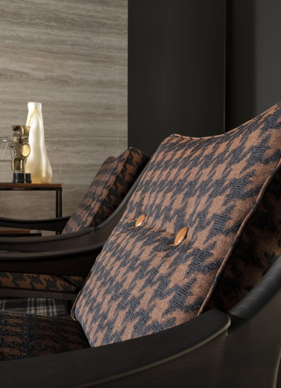 Modernes Wohnzimmer mit zwei gemusterten Sesseln