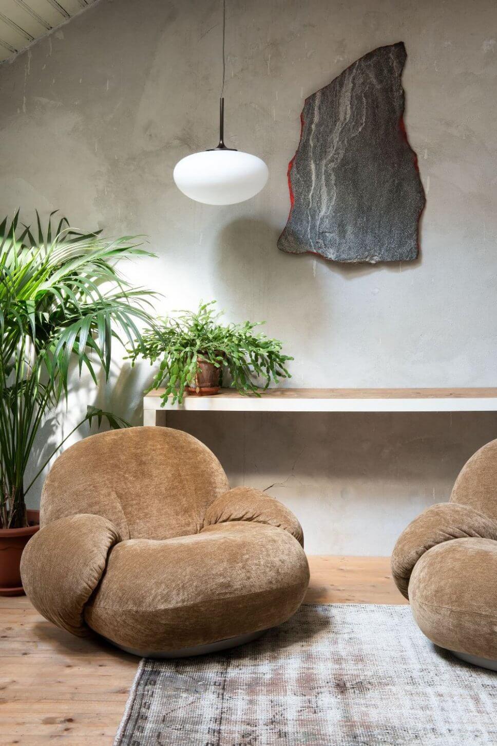 Samtsessel in modernem Wohnzimmer