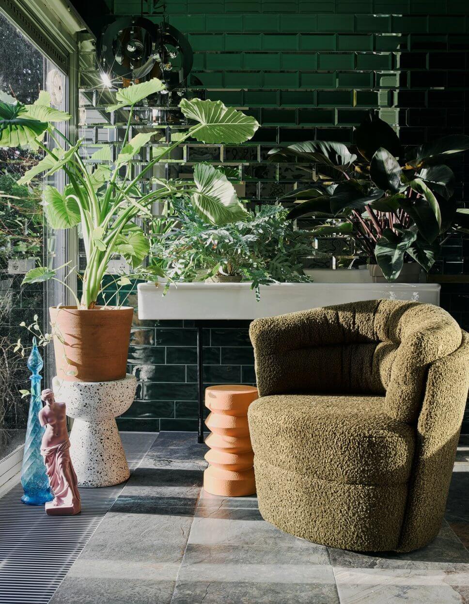 Mit Boucléstoff bezogener Sessel in modernem Wohnzimmer
