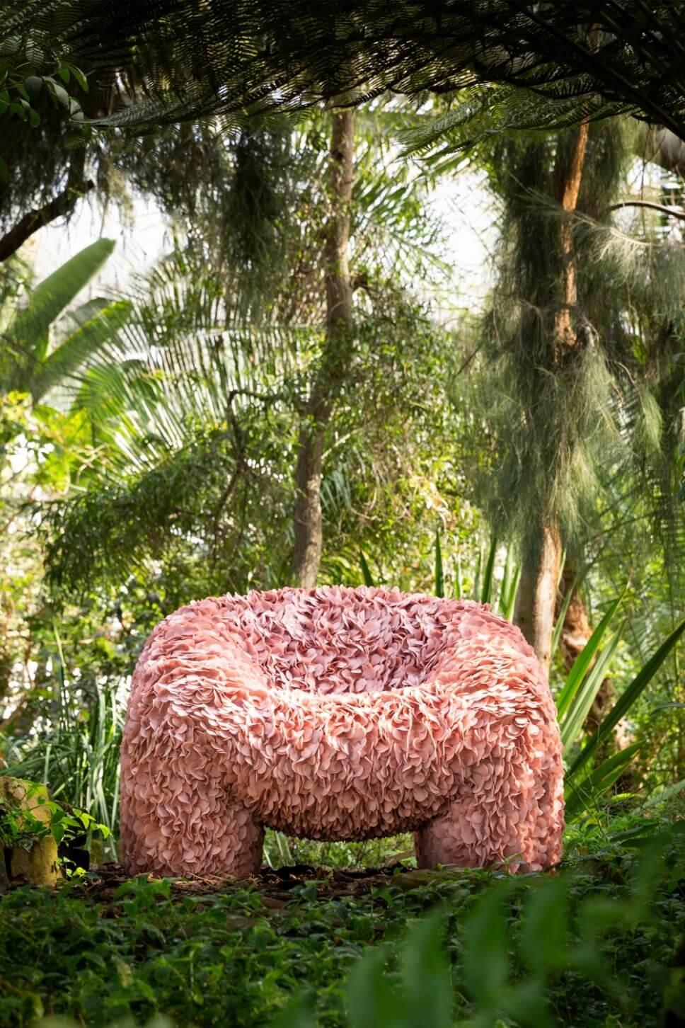 Mit Stoffblüten überzogener Sessel in exotischem Garten