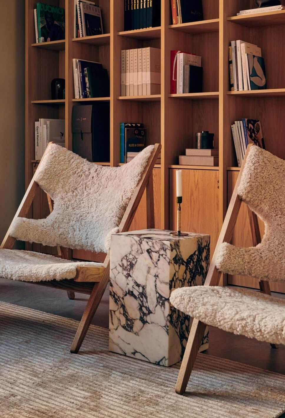 Modernes Wohnzimmer mit zwei mit Schaffell bezogenem Sesseln