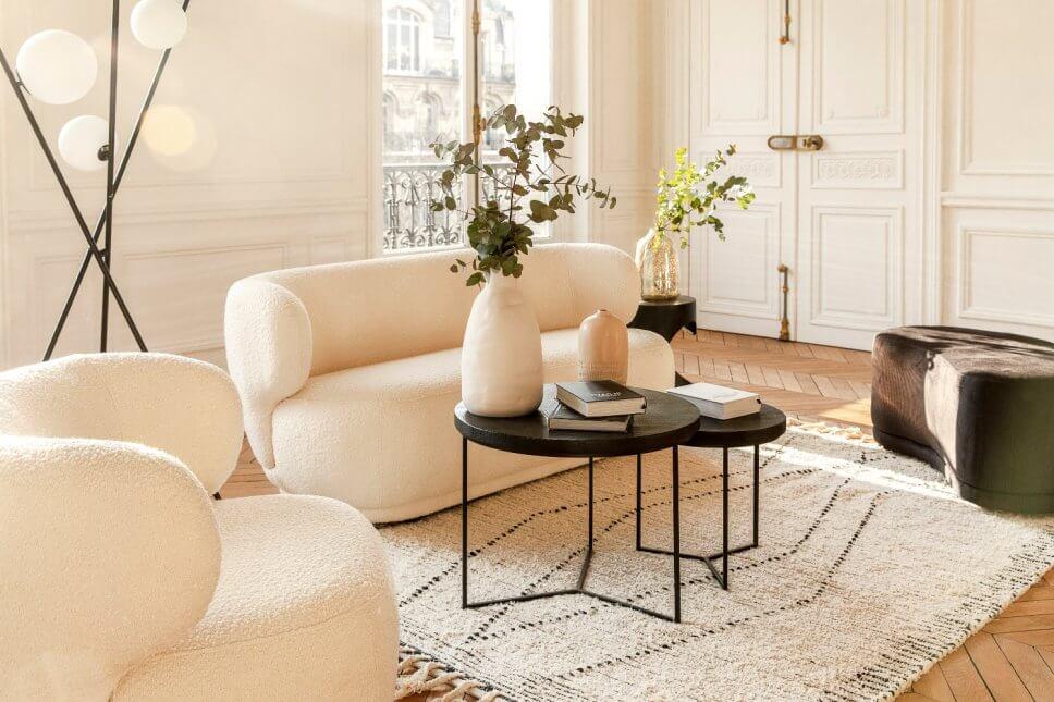 Cremeweißes Sofa und Sessel in modernem Wohnzimmer