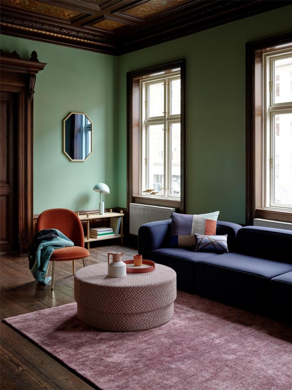 Sofa, Sessel und Pouf in modernem Wohnzimmer