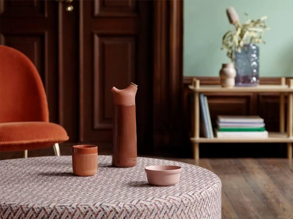 Sessel und Pouf in modernem Wohnzimmer