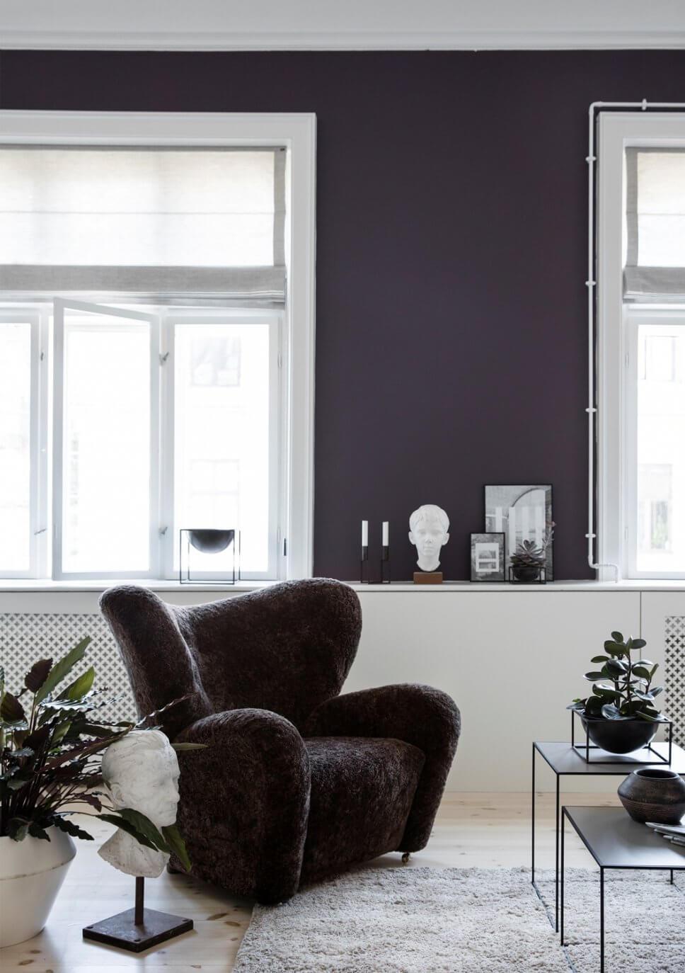 Modernes Wohnzimmer mit Schaffell bezogenem Ohrensessel