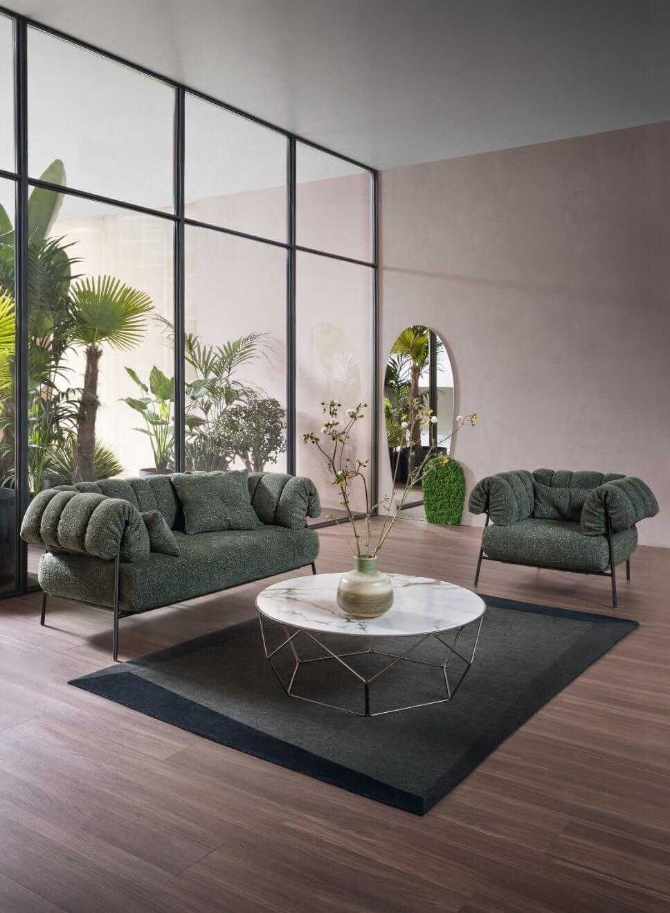 Sofa und Sessel in modernem Wohnzimmer