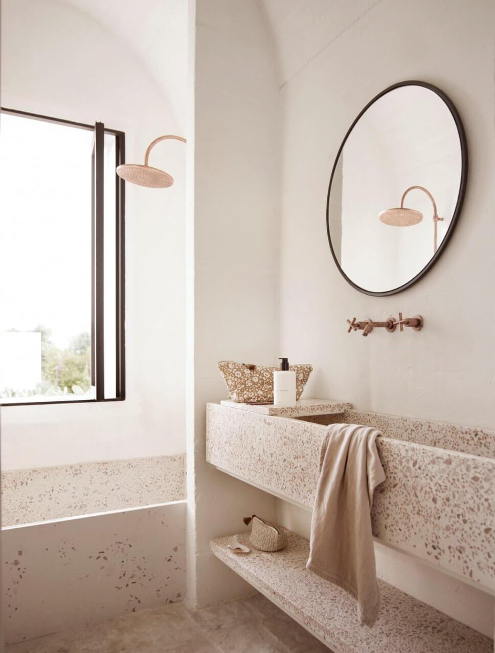 Badezimmer mit Dusche und langem Waschbecken in mediterranem Haus mit steinerner Gewölbedecke
