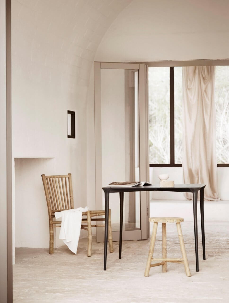 Modernes Esszimmer mit Tisch, Hocker und Stuhl in mediterranem Haus mit Gewölbedecke