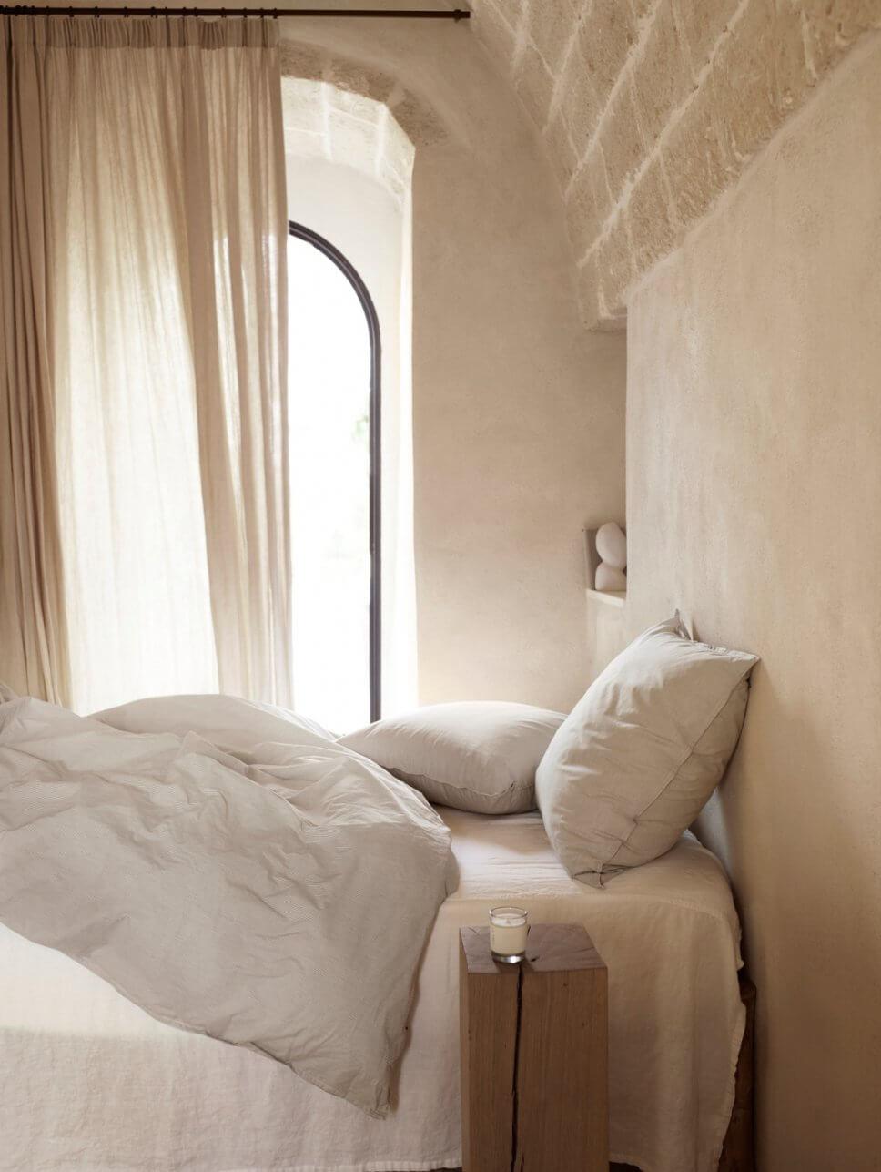 Bett in mediterranem Haus mit steinerner Gewölbedecke