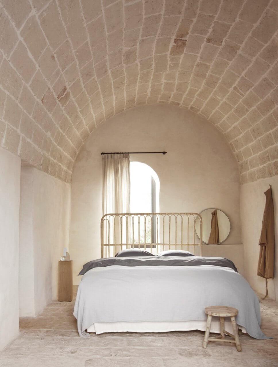 Modernes Schlafzimmer in mediterranem Haus mit steinerner Gewölbedecke