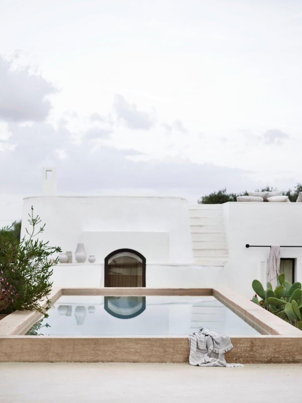 Mediterranes, weißes Haus mit Pool