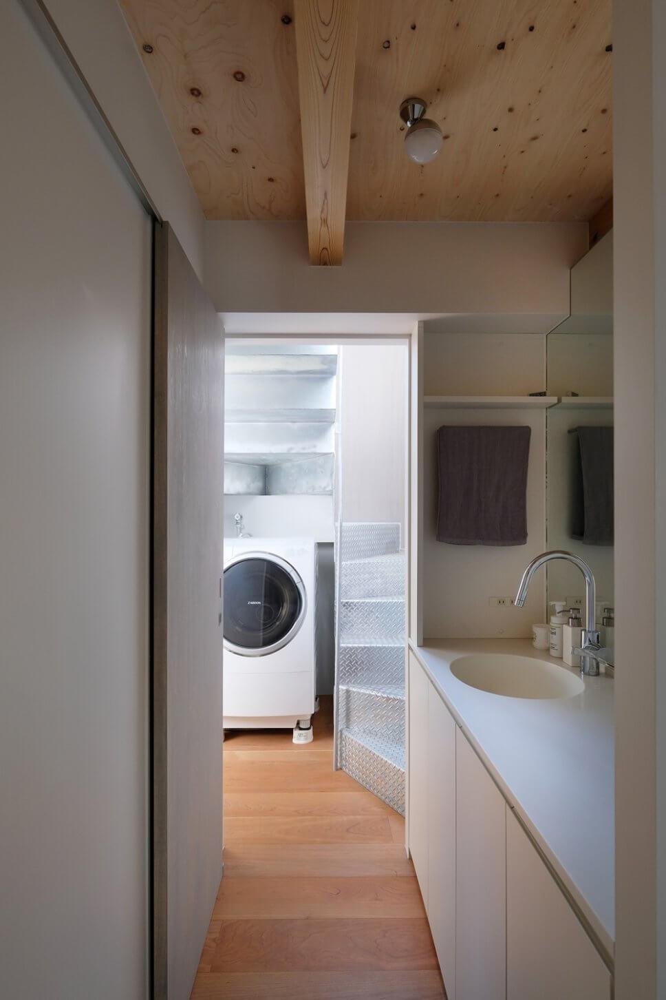 Modernes Badezimmer mit angrenzendem Waschmaschinenraum en Suite in Tiny House in Tokio