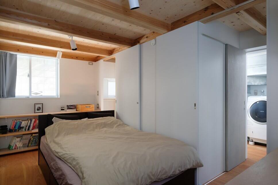 Modernes Schlafzimmer mit Holzbalkendecke und Badezimmer en Suite in Tiny House in Tokio