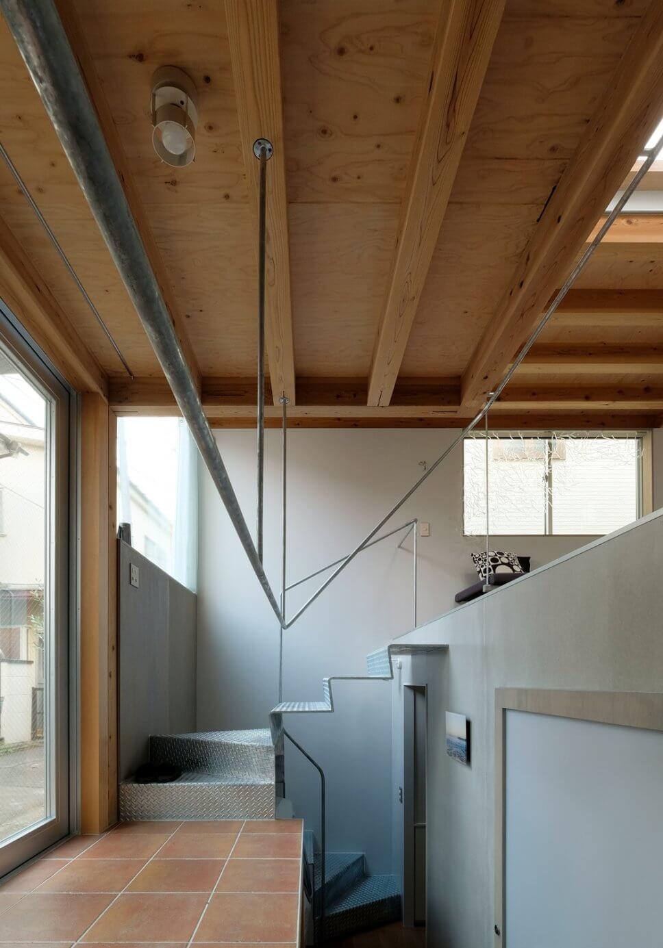 Flur mit Holzbalkendecke in Tiny House in Tokio