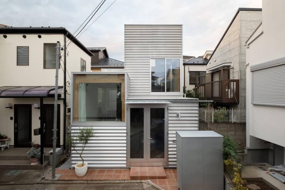 Tiny House mit Wellblech-Fassade und großformatige Fenstern in Tokio