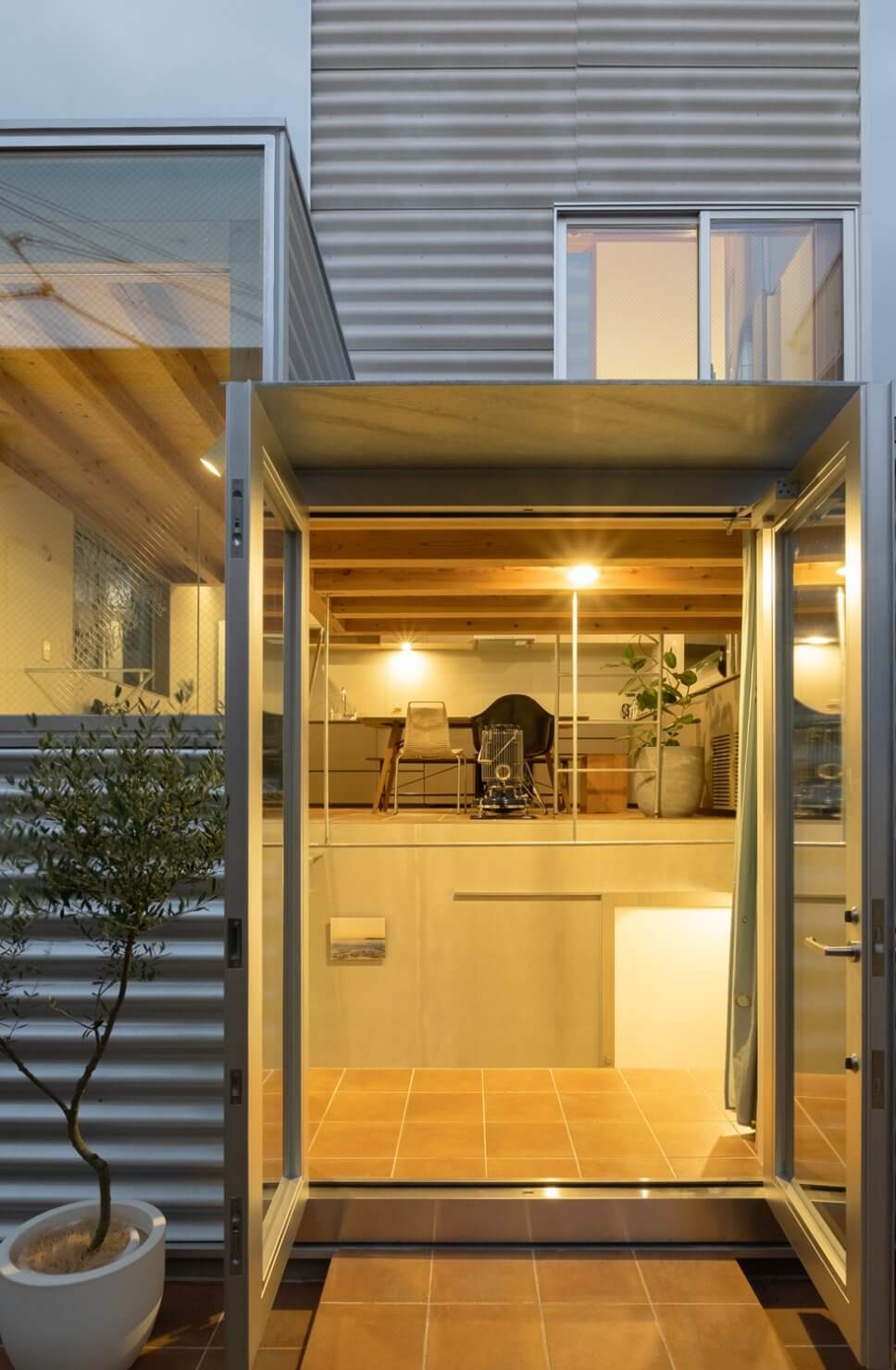 Tiny House mit Wellblech-Fassade und großformatigen Fenstern in Tokio