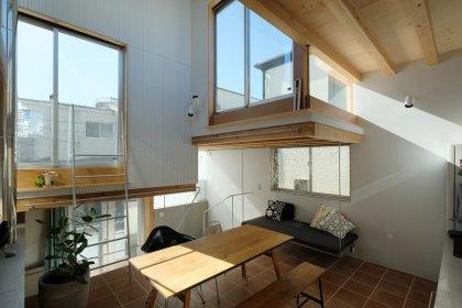 Moderne Wohnküche mit Holzbalkendecke in Tiny House in Tokio