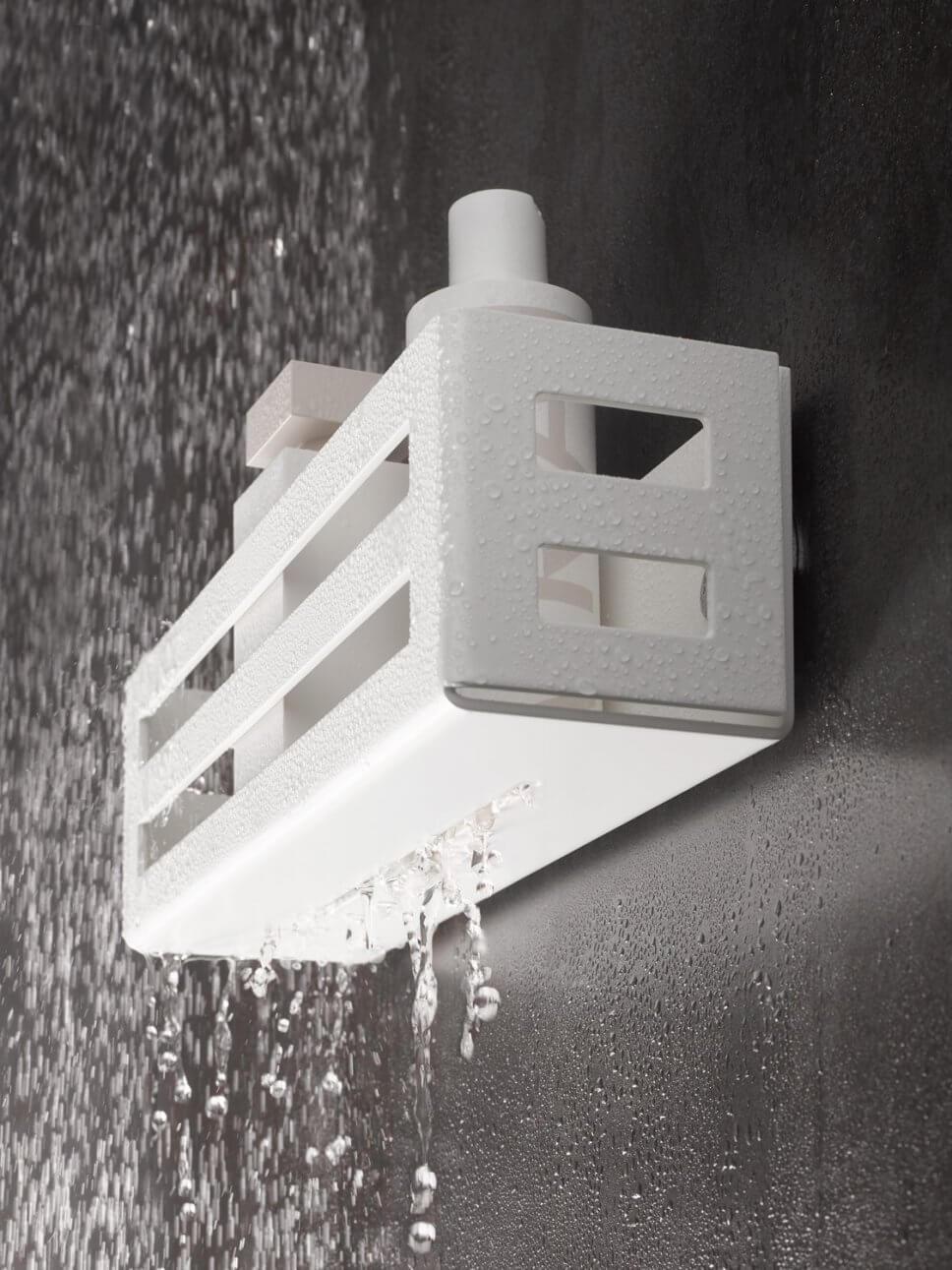 Badregal in moderner Dusche