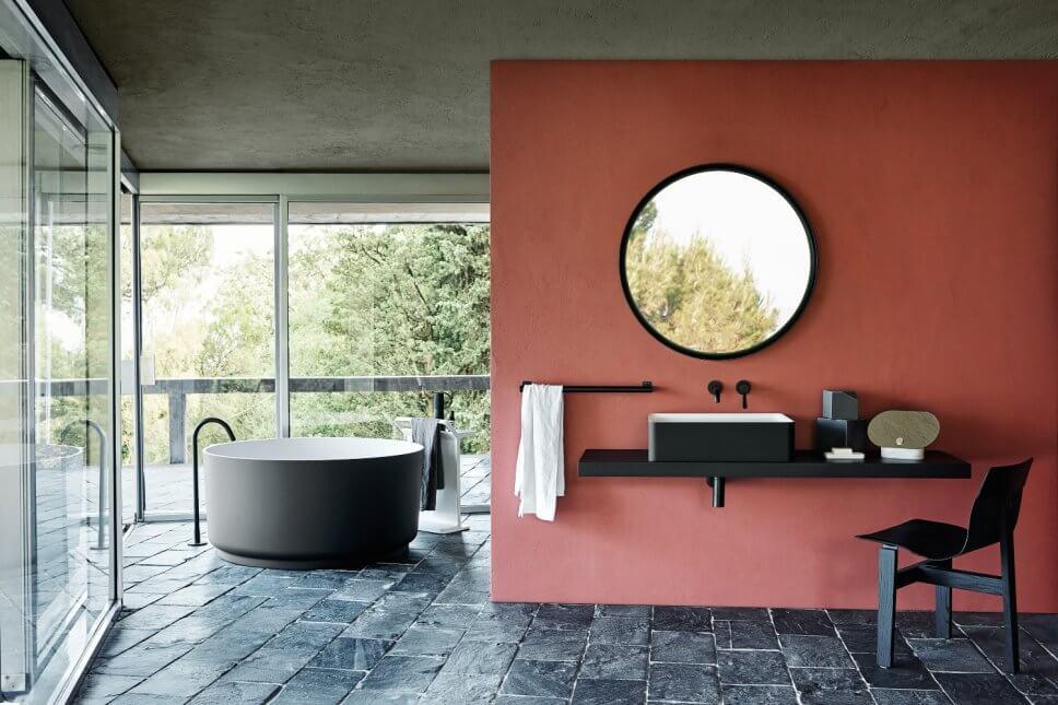 Freistehende Badewanne und Waschtisch mit Aufsatzschale sowie Handtuchhalter in modernem Badezimmer