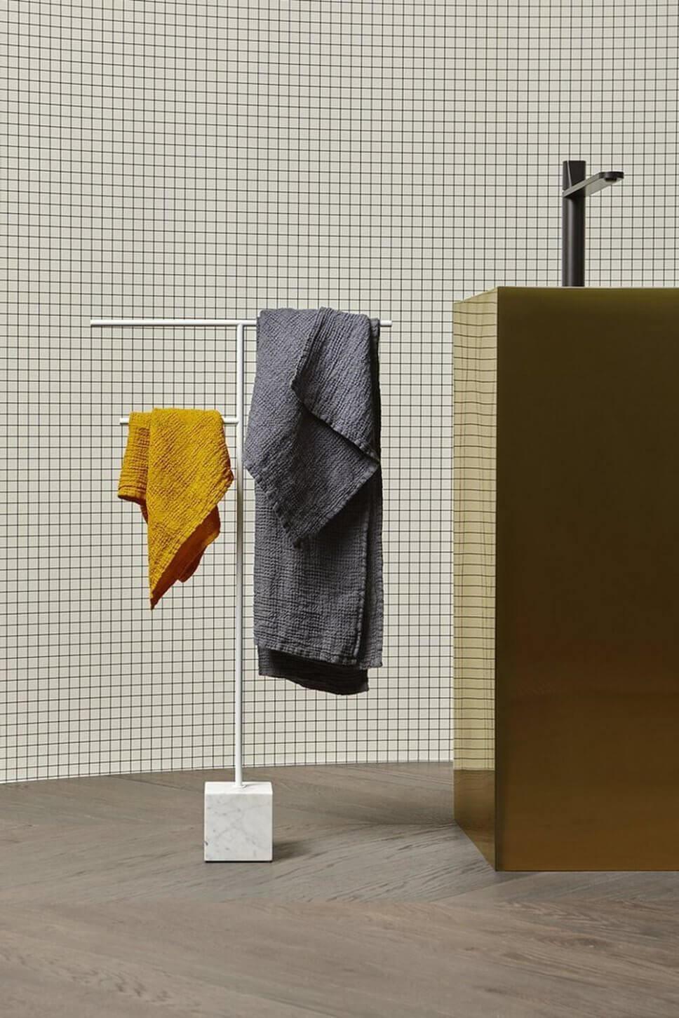 Handtuchhalter in modernem Badezimmer