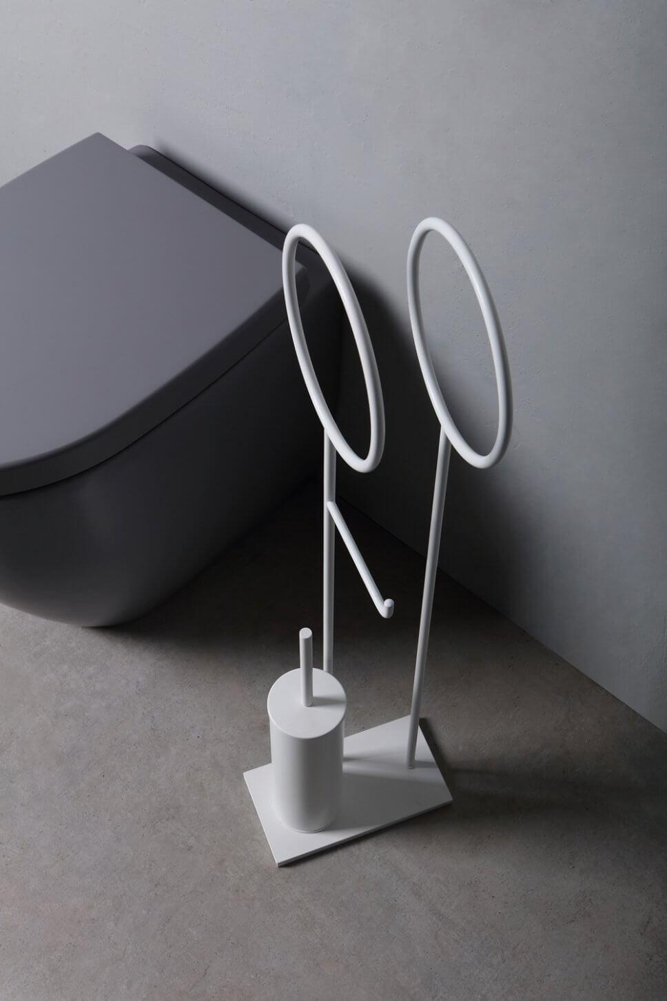 Klobürste in modernem Badezimmer