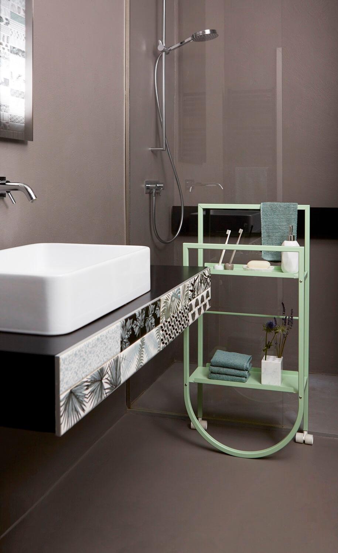 Badregal in modernem Badezimmer