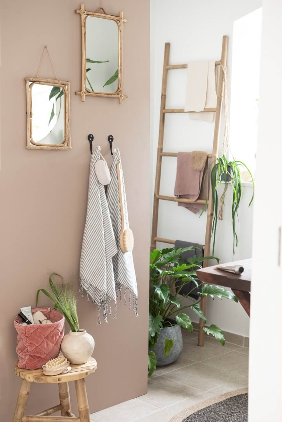 Handtuchleiter in rustikalem Badezimmer